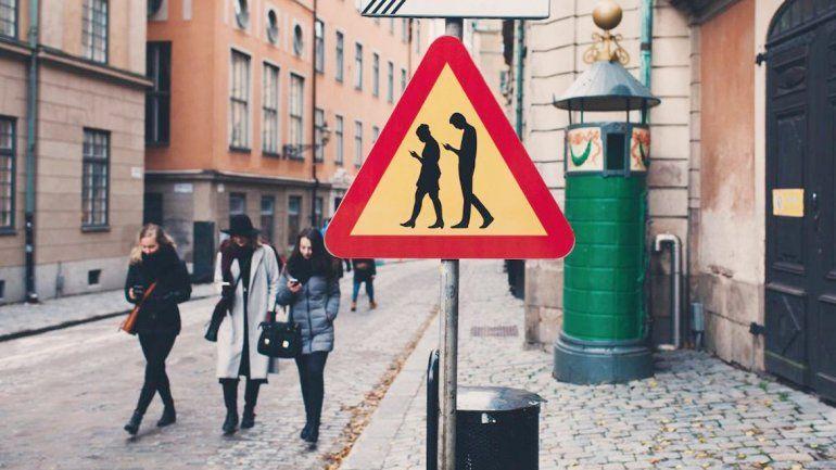 Alemania se pone a la vanguardia en la seguridad para peatones que no le aflojan al celular