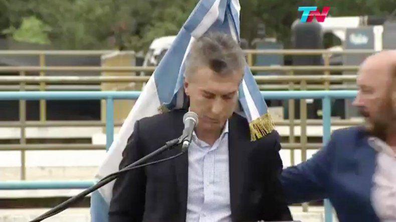 Instante en que la bandera cae sobre Mauricio Macri en Formosa.