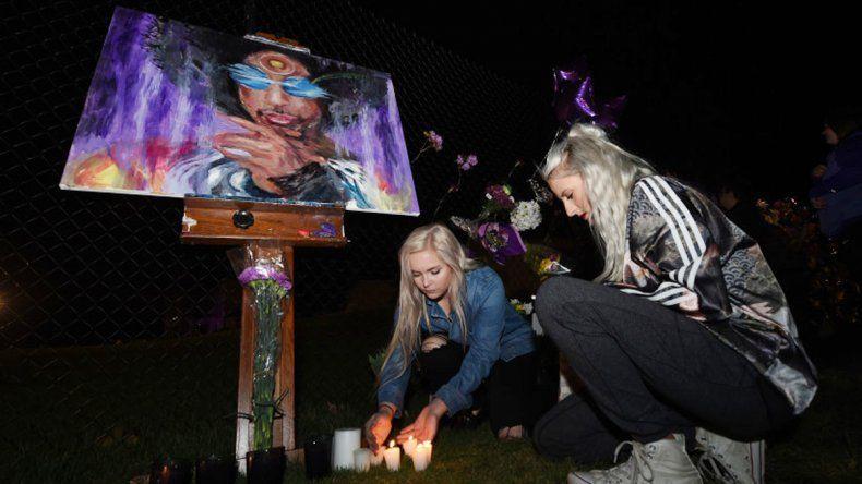 Las fanáticas le prendieron velas a su estrella frente a la casa de Prince.