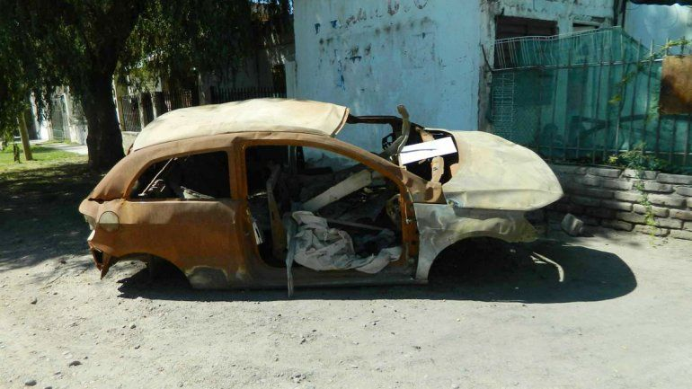 Los autos abandonados están en toda la ciudad y persisten con el tiempo.