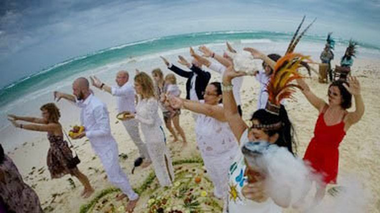 Novios en plena ceremonia de casamiento en México.