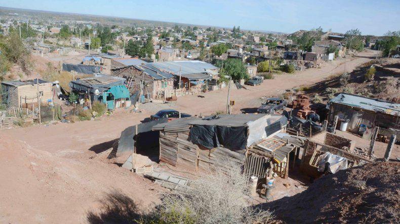 La Unidad de Regularización de Asentamientos está trabajando con 46 tomas de la ciudad. Ya mudaron a diez familias que estaban en peligro.