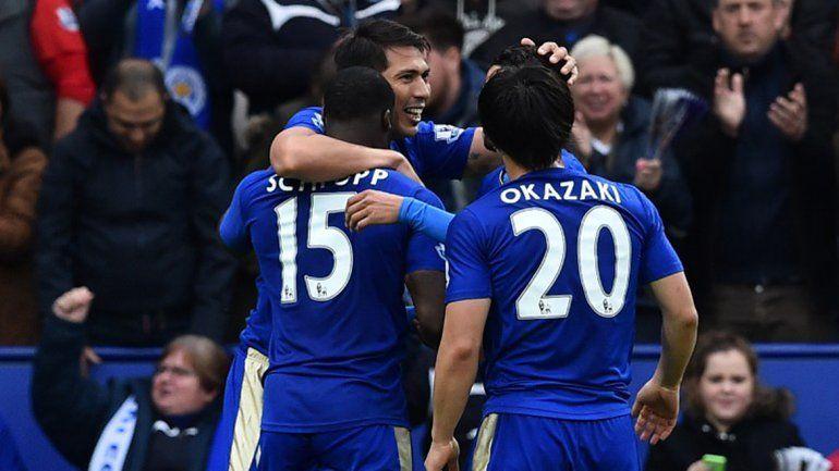 Con un doblete del roquense Ulloa, Leicester goleó y se acercó al título