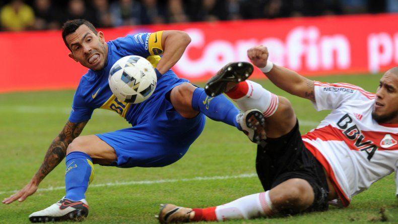 Tevez y Maidana luchan por el balón en el piso . Boca y River jugaron un muy flojo partido en La Bombonera.