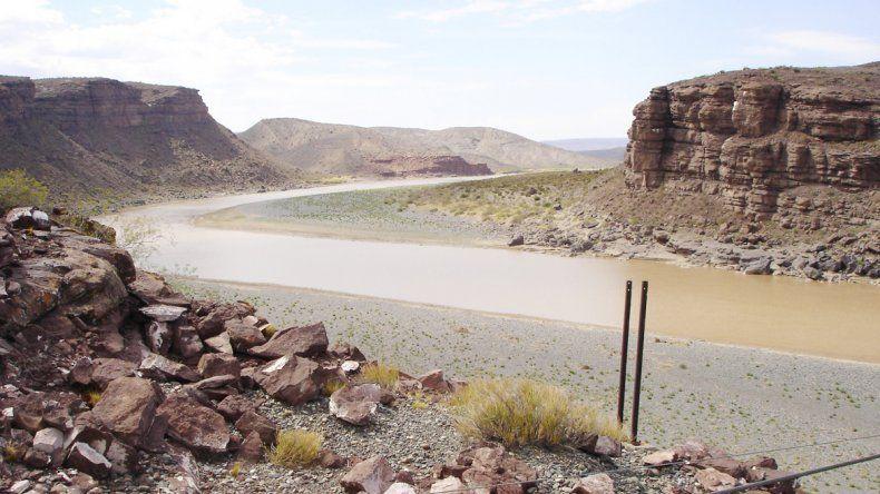 La represa se construirá cerca de la confluencia de los ríos Agrio y Neuquén.