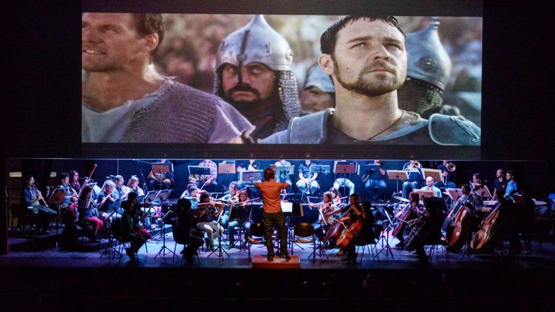 Un stormtrooper de Star Wars saluda a los chicos y se roba la atención. La película Gladiador también aportó su clásica música en un teatro que lució a pleno.