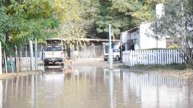 Toda la calle quedó inundada. El agua llegó a pocos metros de donde se encuentra el refugio.