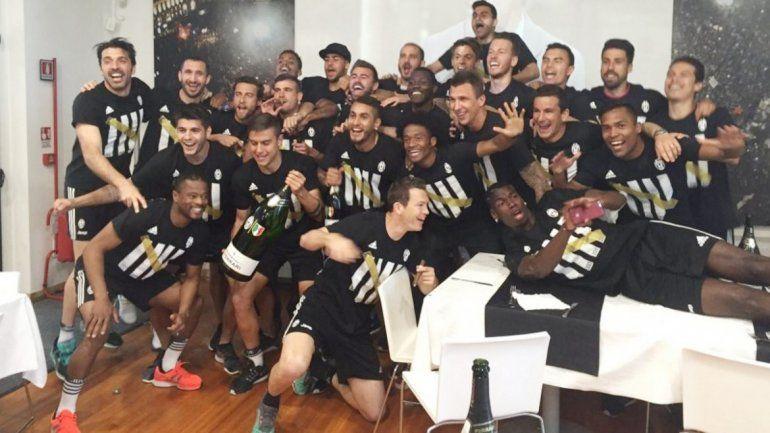El delantero brindó con champagne junto a sus compañeros.