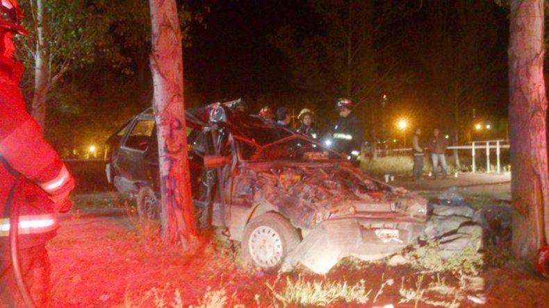 El Duna Weekend quedó destruido contra un árbol de la ciclovía.