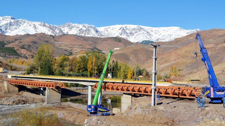 Dos grúas con capacidad de 100 toneladas llevan adelante la tarea.