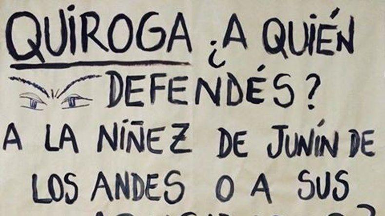 El cartel que cuestionaba la doble función de Quiroga.