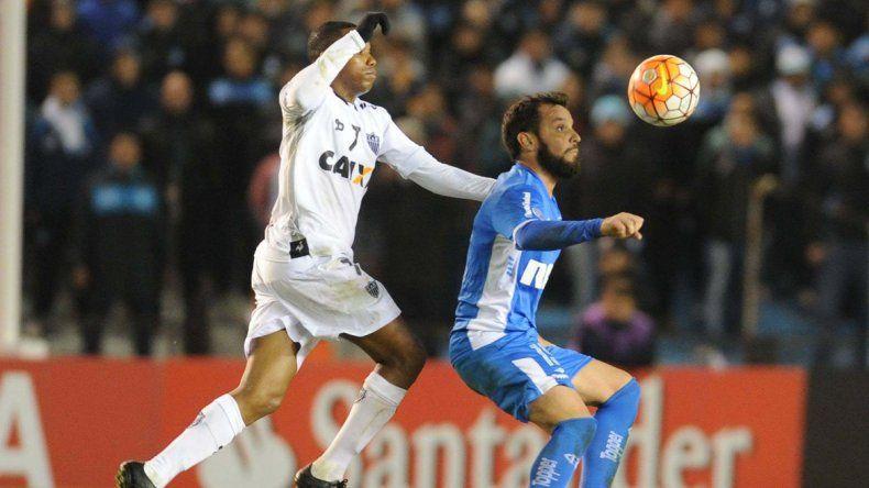 Videla disputa el balón con el interminable astro brasileño Robinho.
