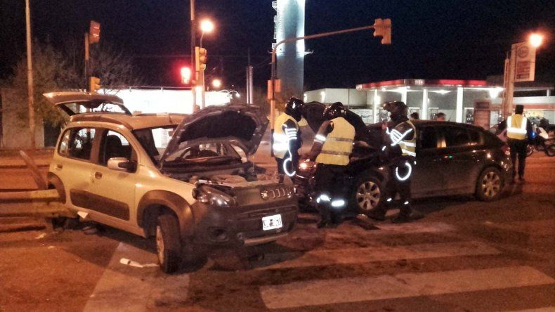 Violento choque entre dos autos en la Ruta Nacional 22: bomberos rescataron a una conductora atrapada