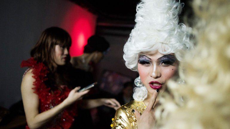 Dos jóvenes chinos se preparan para competir en un festival de travestis que se realiza en Shanghái.