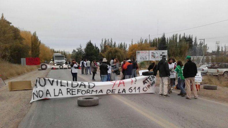 Docentes de El Chañar y Añelo interrumpen el tránsito en rutas 7 y 51 en reclamo del pago por movilidad.