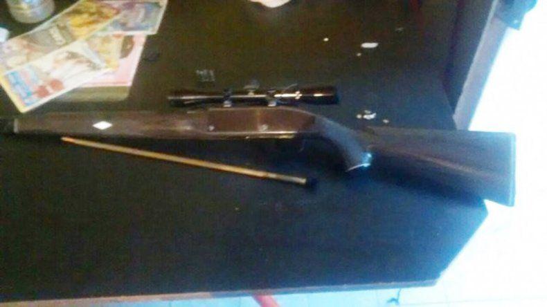 Allanaron una casa en el barrio San Lorenzo Sur donde se secuestró un rifle y municiones .