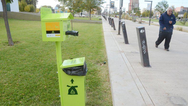 El Municipio busca que los dueños de mascotas tomen conciencia y junten la caca.