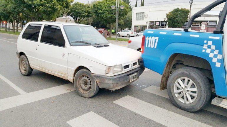 El Fiat Uno quedó parado después de impactar con el patrullero.
