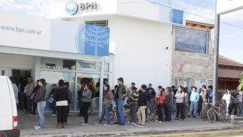 Los trabajadores estatales cobran sus sueldos a partir del miércoles