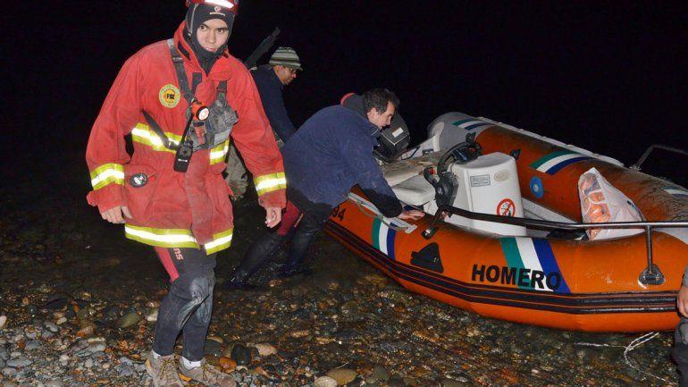 Bomberos rescataron a dos pescadores que quedaron varados en una isla del río Limay.