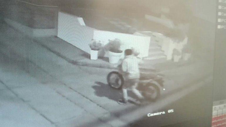 La moto fue robada del edificio de Miguel A. Camino al 1000. Uno de ellos quedó escrachado por las cámaras del lugar.
