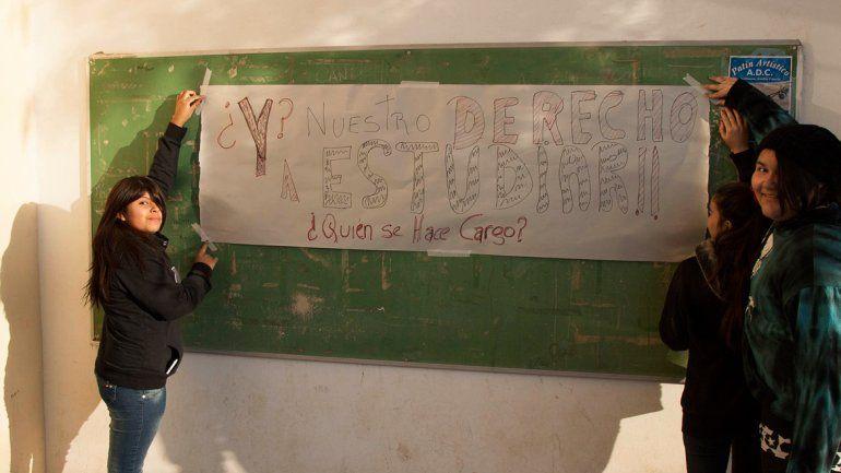 Los alumnos pintan pancartas de protesta en el CPEM 71 de Centenario.