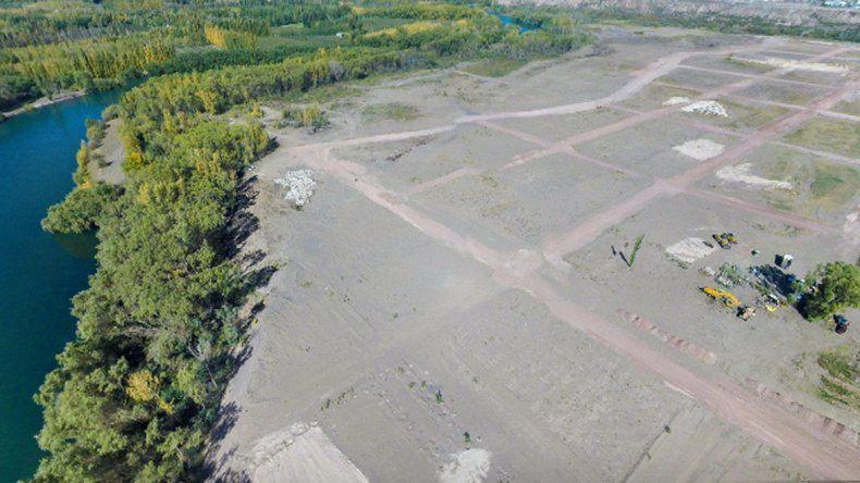 Para desarrollar un loteo rompieron una defensa del río Neuquén