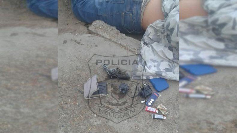 Tras una persecución, atraparon a un joven con un arma y droga en Villa Farrel