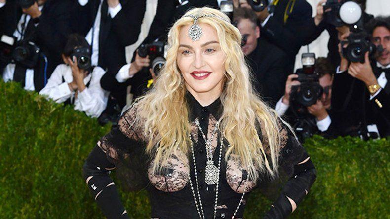 Los senos de la cantante estaban cubiertos por telas transparentes y lo único que se encontraba cubierto eran sus pezones.