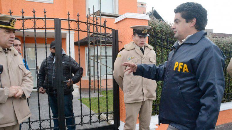 Uno de los procedimientos frente a la residencia de Lázaro Báez.