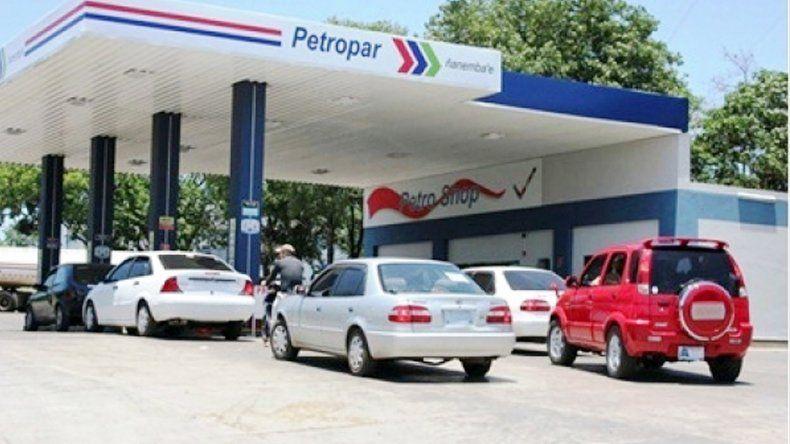 En Misiones no dudan en cargar combustible del otro lado de la frontera.
