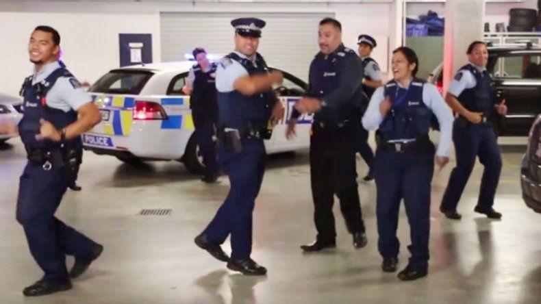 Policías de Nueva Zelanda en una ingeniosa campaña institucional.
