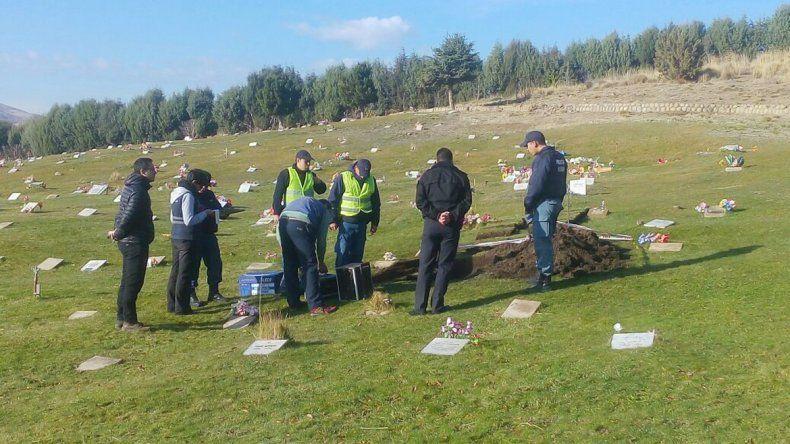 El hallazgo se dio ayer en el cementerio de Junín de los Andes.