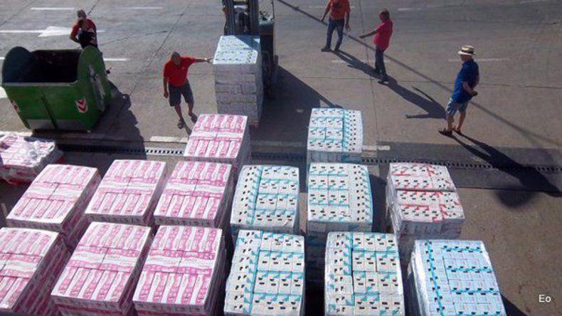 Por despidos, camioneros regalan miles de litros de leche