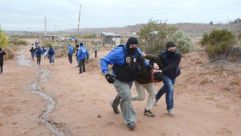 Los policías tuvieron que correr con los detenidos entre las picadas de la toma