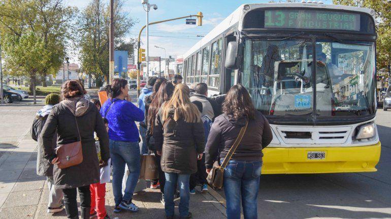 Autobuses Neuquén bajó varias frecuencias en los ramales hacia el Oeste y los pasajeros lo sufren