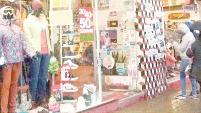 Escracharon con panfletos el frente de un local comercial en pleno centro.