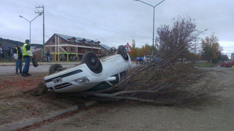 El auto quedó con las ruedas hacia arriba.