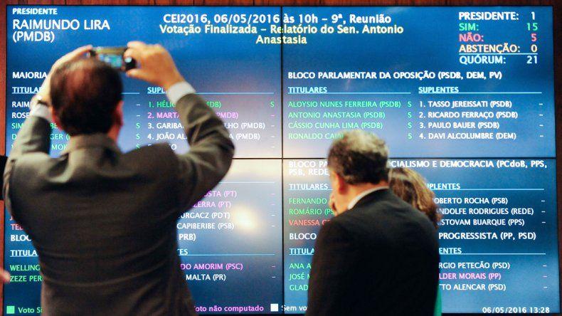La pizarra que confirma el resultado adverso de la votación para Rousseff.