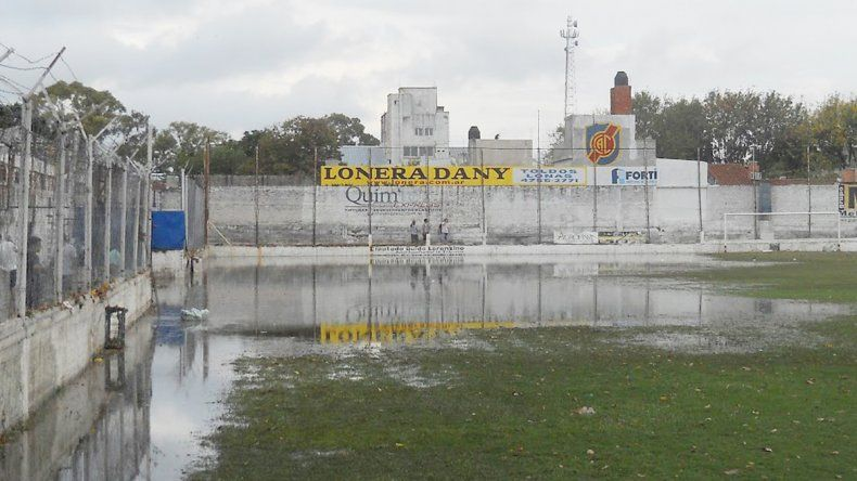 La intensa lluvia dejó sin acción al fútbol neuquino.