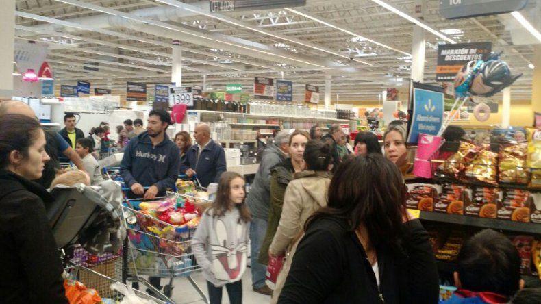Súperofertas: largas colas en los supermercados de la región