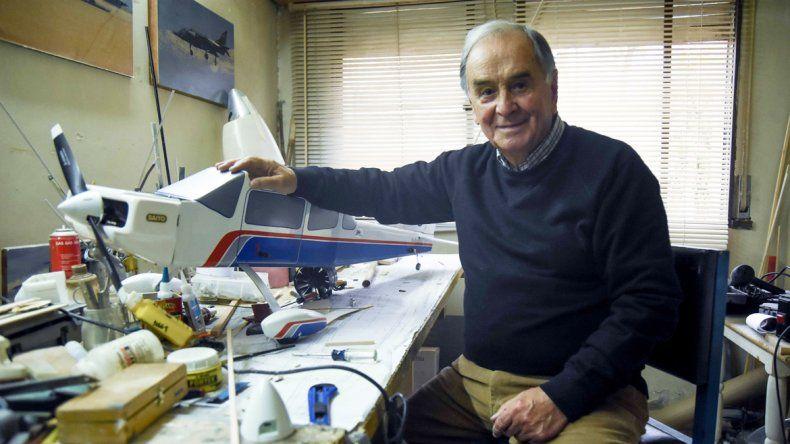 20 mil horas de vuelo en 46 años. La apasionada relación con los aviones continúa en la actualidad. En su casa