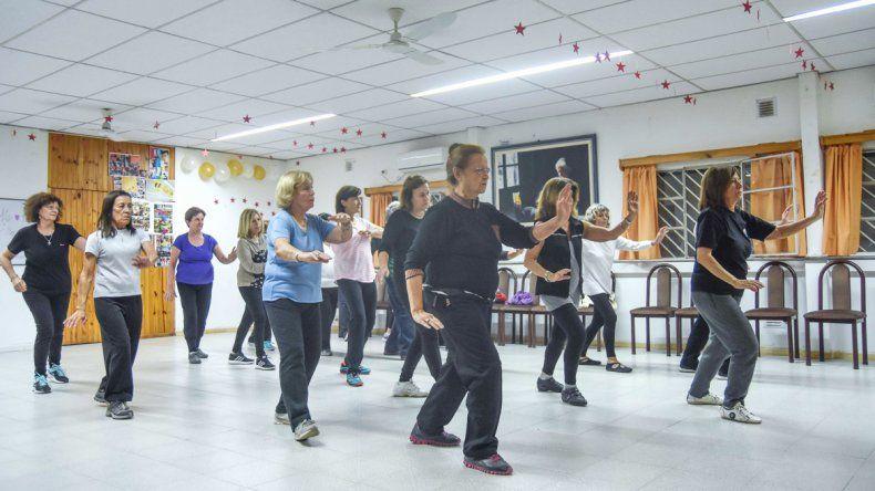 Los instructores de tai-chi señalan que su práctica genera beneficios terapéuticos: tanto relajación y movilidad como equilibrio físico y emocional.