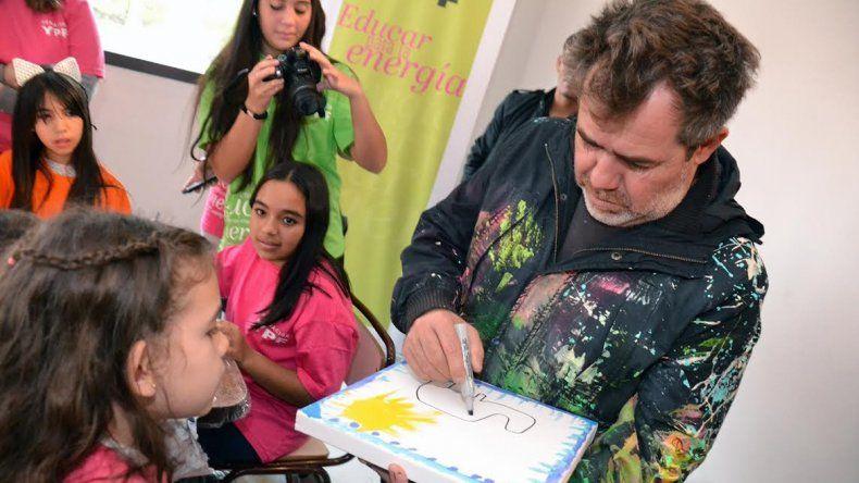 El artista chaqueño fue bien recibido por los niños de ambas localidades