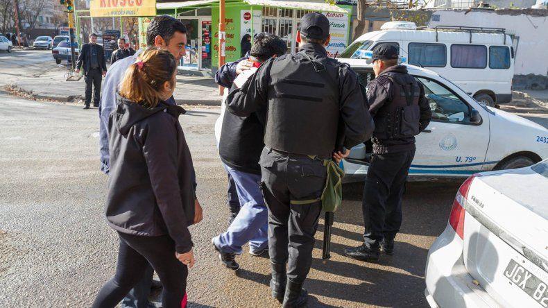 La policía rionegrina durante una de las detenciones realizadas el miércoles.