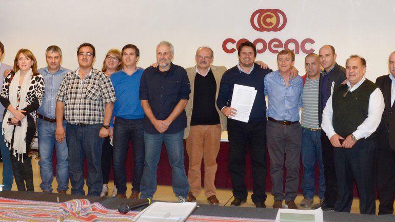Los funcionarios e intendentes de la zona durante el encuentro realizado ayer en Cipolletti.