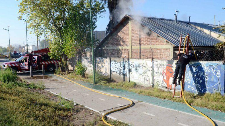 La vivienda sufrió graves daños por las llamas. Todos se salvaron de milagro.