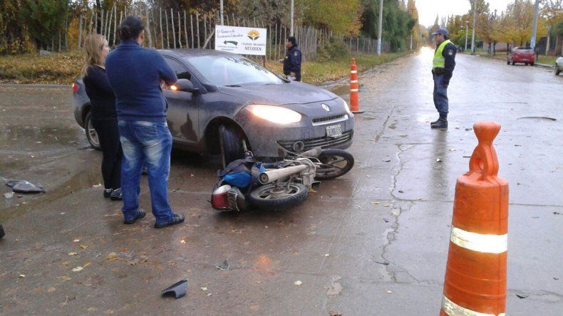 Dos motociclistas heridos tras ser atropellados por un auto