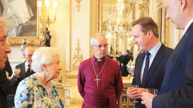 James Cameron junto a la reina. Tildó de corruptos a dos presidentes.