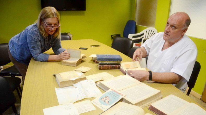 Teresa Kantolic y Adrián Lammel muestran los documentos hallados.